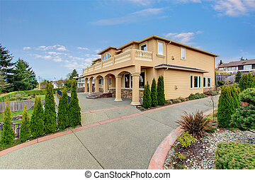 Large beautiful home with beamed balcony. - Beautiful large...
