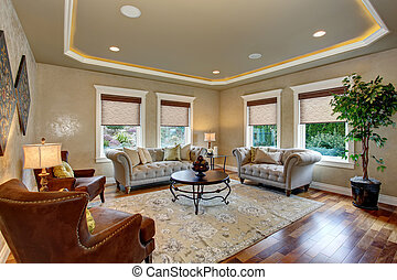 Excellent living room with decorative rug. - Excellent...