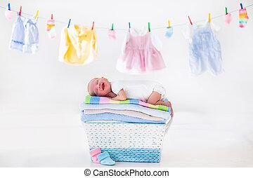 Nowo narodzony, niemowlę, w, à, kosz, Z, Ręczniki,