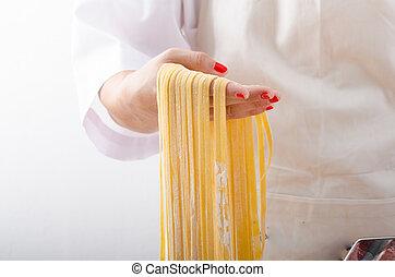 mujer, joven,  Chef, Se prepara, casero, pastas