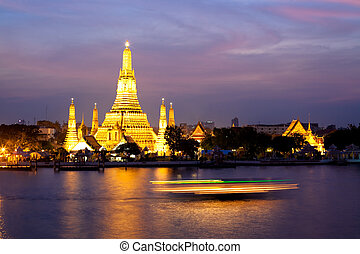 Wat Arun in pink sunset twilight, Bangkok, Thailand - Wat...