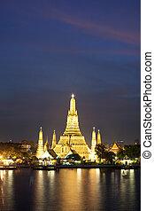 Wat Arun in pink sunset twilight, Bangkok, Thailand