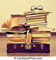 Libros, y, lentes, en, un, viejo, maleta, con, Un, Retro,...