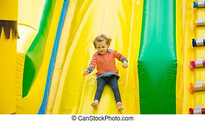 poco, niña, juego, en, Un, trampoline.,