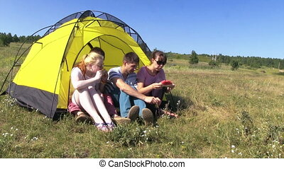 Happy People In The Tent - Happy Peoople Rest In The Yellow...