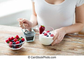 fim, cima, de, mulher, mãos, com, yogurt, e, Bagas,