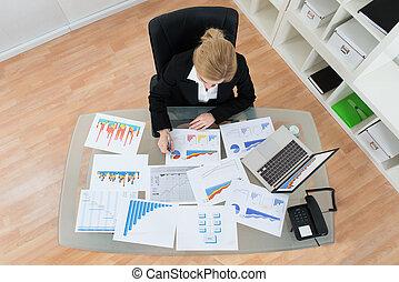 donna d'affari, finanziario, Analizzare, grafici