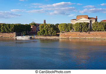 Toulouse cityscape - View on the riverbanks of the Garonne...