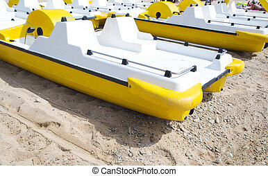 jaune, pedalo, sur, a, plage,
