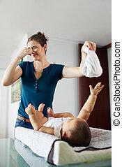 poco, hija, sucio, madre, hogar, cambios, pañal