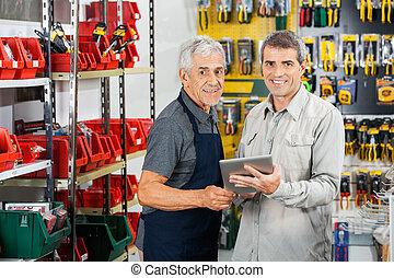 Sprzedawca, i, klient, używając, tabliczka, komputer,