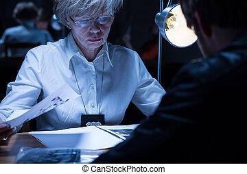 mujer policía, Examinar, Un, sospechoso,