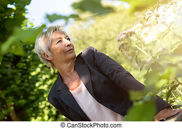 Business woman enjoy the sunshine in the nature - oder...