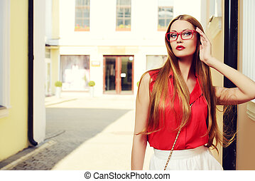 spectacles - Beautiful young woman walking in the city...