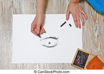 The artist draws the eye of coal - The artist draws the eye...