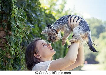 hermoso, mujer, perro, beso