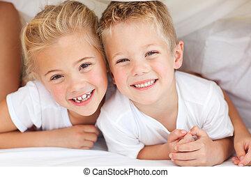 adorable, frères soeurs, jouer, lit