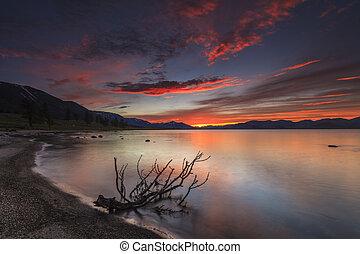 Montaña, encima, lago, asombroso, ocaso, rojo