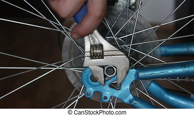 Disassembly bicycle wheel, unscrewi
