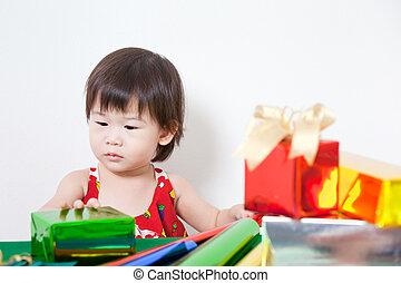adorável, pequeno, menina, com, present, ,