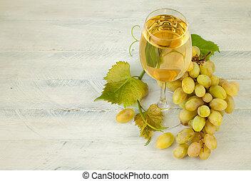 vidrio, blanco, vino, con, uvas, y, hoja, en, de madera,...