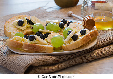 Bread toast with honey and banana - Bread toast with honey...