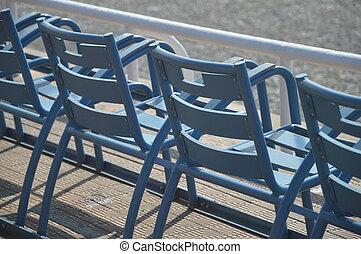 blaue Stuehle - Sitzreihe an der Promenade von Nizza