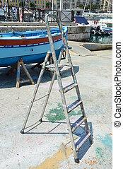 Leiter des Malers - Arbeitsgeraet um das Boot...