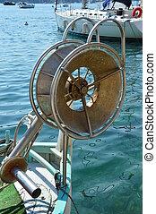 Netzrolle am Fischerboot - Arbeitsgeraet des Fischers