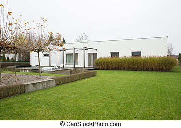 Detached house with green lawn - Roomy detached house with...
