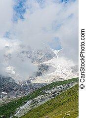montanha, pico, coberto, com, clouds.,