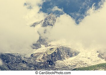 montanha, pico, coberto, com, Nuvens,
