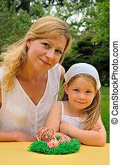 joven, madre, hija, teniendo, Pascua, tiempo