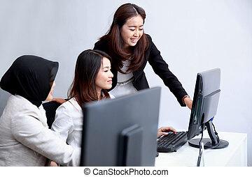contar, informação, colega trabalho, mulheres negócios, dela