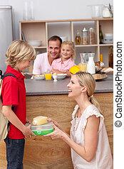 Cuidado, madre, embalaje, escuela, almuerzo, el suyo, hijo
