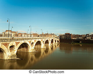Toulouse cityscape - Pont neuf bridge over the garonne in...