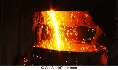 Molten metal flows into the bucket - Molten metal melted in...