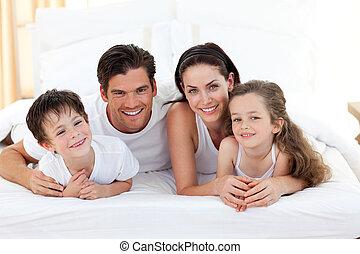 sonriente, familia, teniendo, diversión