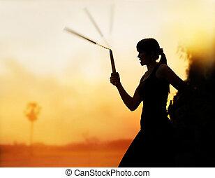 marcial, artes, mujeres, y, nunchaku, en, Manos, silueta,...