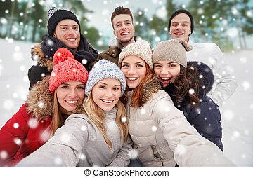 組, 拿, 在戶外, 微笑, 朋友,  selfie
