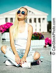 美麗, 夏天, 看, 魔力, 時裝, 後面, 滑板, 藍色, 天空, 年輕, 模型, 高, 明亮, 街道, 行家, 青少年, 白膚金發碧眼的人, 時髦, 女孩, 暫存工, 衣服