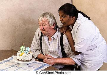 antigas, homem, com, aniversário, bolo,