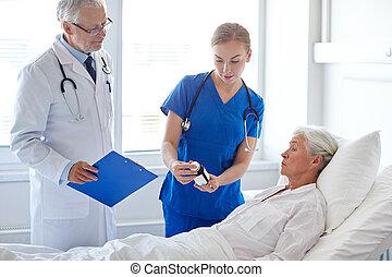 doctor, Dar, Medicina, a, 3º edad, mujer, en, hospital,...