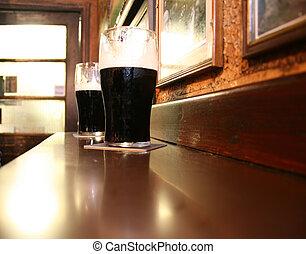 Oscuridad, irlandés, cervezas, dos, Cerveza negra