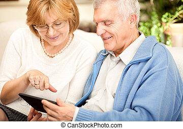 usando, anziano, coppia, tavoletta