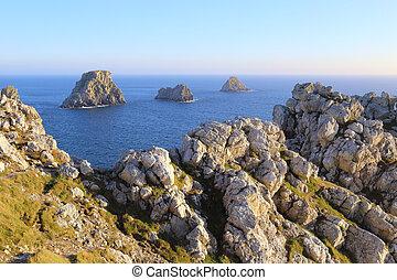 Pointe de Pen-Hir et tas de pois, Crozon Peninsula,...