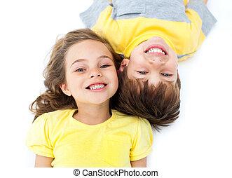 sorrindo, irmãs, mentindo, chão