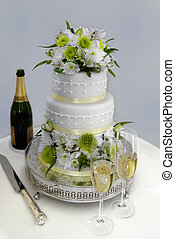 Wedding cake and champagne - Wedding cake with 2 glasses of...
