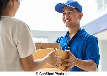 mujer,  Deliveryman, entrega, Cajas, aceptando, cartón