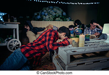 bêbado, amigos, após, jovem, dormir, Ao ar livre, Partido,...
